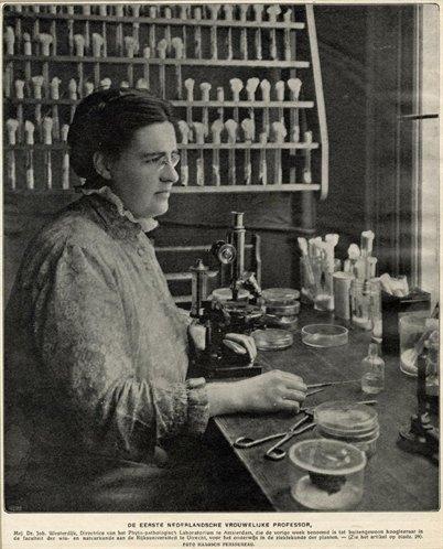 Johanna Westerdijk in 1916 in haar laboratorium. Auteur: Fotograaf Haagsch Persbureau. Herkomst en copyright: Utrechts Archief.